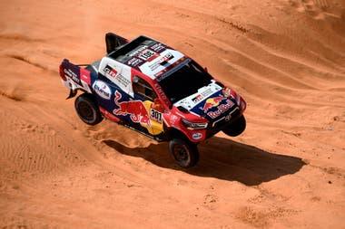 Con el qatarí Nasser Al-Attiyah como estrella, Toyota Gazoo Racing participa en la categoría autos del Rally Dakar; la filial argentina apoyó la presencia de Juan Cruz Yacopini