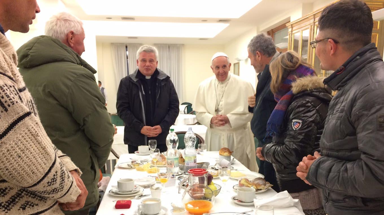 El Papa comenzó a celebrar hoy su 80 cumpleaños con un desayuno con ocho sin techo, dos mujeres y seis hombres L Osservatore Romano