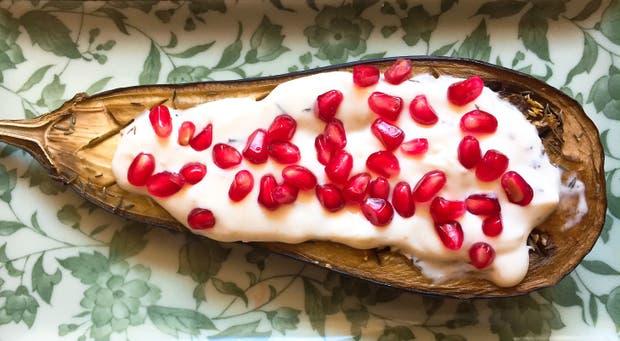 Receta de Berenjenas asadas con salsa de queso cremoso al ajo