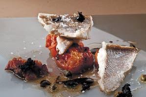 Pescadilla, manteca negra y tomates horneados