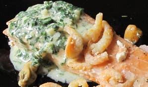 Salmón al horno con mariscos y salsa verde al limón