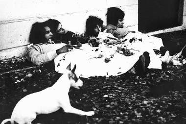 """Molinari, Del Guercio, Spinetta y García (desde la izquierda) se fotografían muertos con la bandera argentina. """"Almendra hace ese manifiesto y después aparece ''The Kids Are Allright'', de los Who"""", decía Spinetta"""