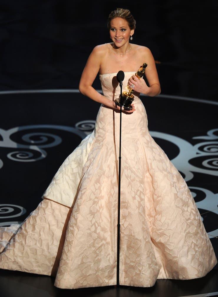Inocente y deliciosa como un gigante malvavisco lució Jennifer Lawrence en la ceremonia de 2013; la actriz, ganadora del premio, tuvo una imagen inolvidable en el traje de Christian Dior Couture rosa con falda amplia