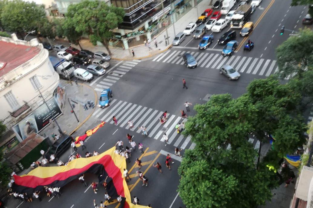 Alumnos de quinto año cortan Juramento y Libertador para festejar el Último Primer Día