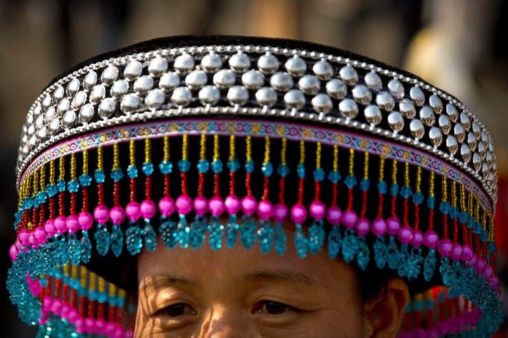 Una representante de una minoría étnica vestida con atuendos tradicionales