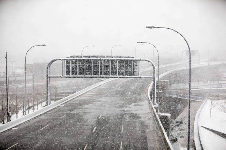 Una autopista vacía a causa del mal clima
