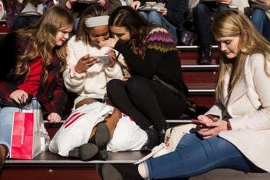 Las mujeres son más propensas a la adicción en las redes sociales, dicen algunos especialistas