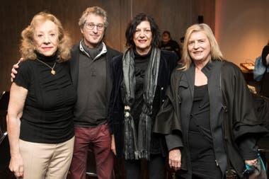 Luz Castillo y Cristina Saccone, de la Fundación Arte x Arte, con los artistas Andrés Wertheim y Zulema Maza