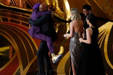 Spike Lee abraza a Samuel L. Jackson antes de aceptar el Oscar de Mejor Guion Adaptado por El infiltrado del KKKlan