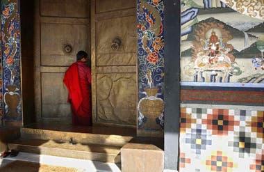 El acceso a dzong Tashichoe, monasterio en la capital de Bután.