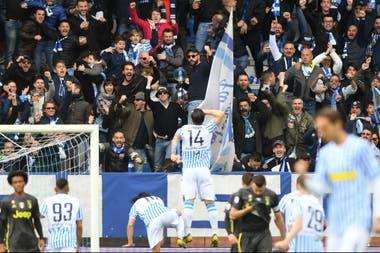 Bonifazzi celebra con la gente el empate de SPAL; luego llegaría la victoria para decepción de la Juve