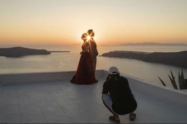 Fu Cihang, izquierda, y Yao Kai posan en la isla griega de Santorini en su sesión de fotos previa a la boda
