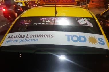 En las últimas semanas, algunos de los taxis empezaron a llevar lunetas en favor de Lammens