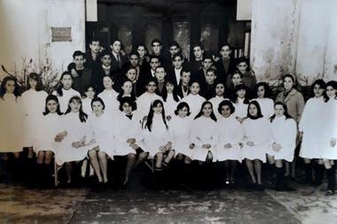 La foto de la división en la puerta de la escuela, cuando era el Nacional y Comercial de Vicente López