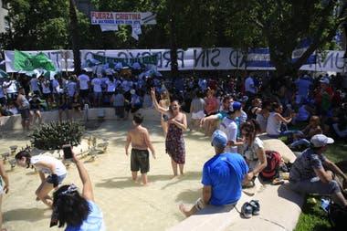 Como en el gobierno de Perón la gente se refresca en la fuente de Plaza de Mayo