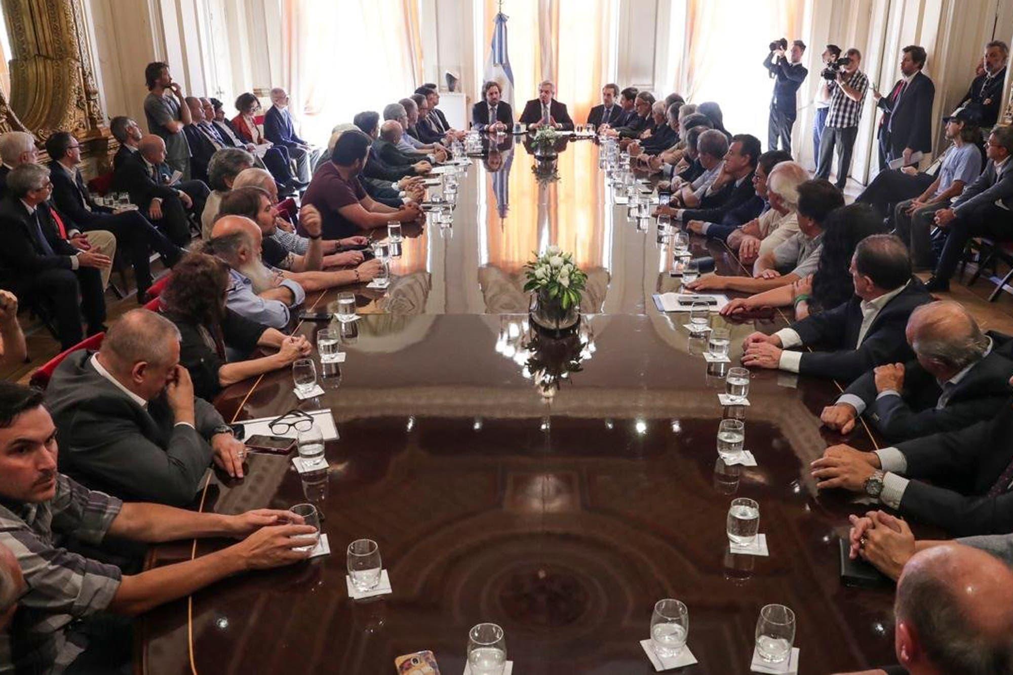 El Gobierno firmó un compromiso genérico con empresarios y gremios a la espera del aumento salarial
