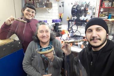 Empresa familiar: Manuel, con su mamá y su novia, orgullosos de poder ayudar.