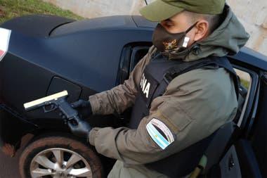 La pistola encontrada en Misiones dentro del vehículo con pedido de captura por robo en Esquel