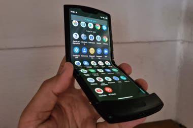 El Moto Razr 2019 es el primero de Motorola en ofrecer una pantalla plegable con un diseo que se inspira en el modelo de 2004 tiene un precio local de 130 mil pesos y ahora se actualiz a Android 10