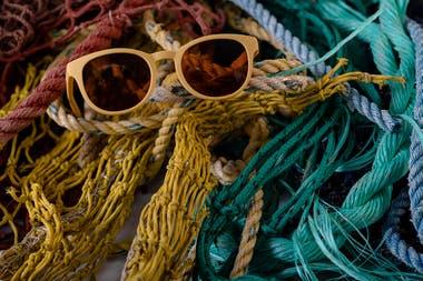 Redes de pesca halladas en el océano son recicladas para producir anteojos.