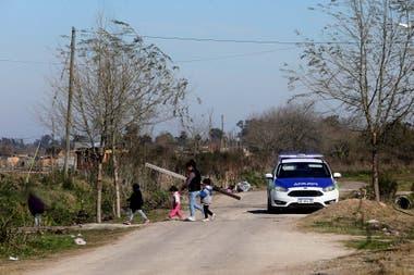Tanto el personal policial como la Gendarmera hacen presencia en la zona para prevenir enfrentamientos y evitar el ingreso de materiales al predio sin embargo las familias continan construyendo