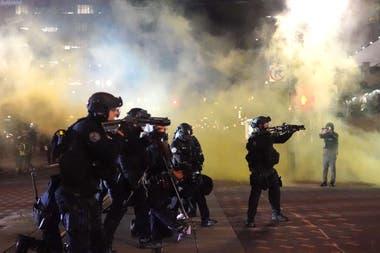 Policías reprimen a los manifestantes en Kenosha