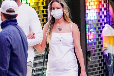 Jennifer paseó por las calles de Nueva York luciendo un vestido blanco y barbijo haciendo juego