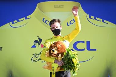 Adam Yates y una celebración medida en el podio; se apropió del maillot amarillo tras la sanción a Alaphilippe
