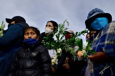 Un grupo de personas asiste al funeral de una víctima de coronavirus en un cementerio de La Paz