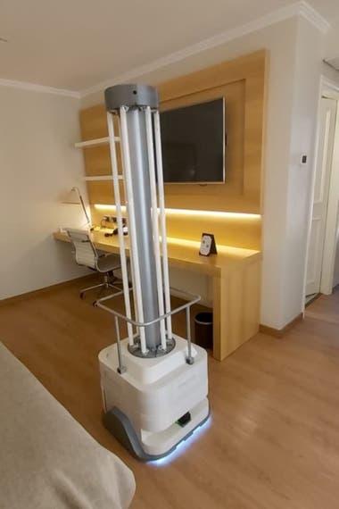 El robot autónomo que desinfecta habitaciones y espacios comunes con luces y tecnología ultravioleta producido por una start up cordobesa