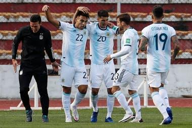 Festejan Lionel Scaloni y, en grupo, Lautaro Martínez, Exequiel Palacios, Nicolás Tagliafico y Nicolás Otamendi; el atacante de Inter logró la igualdad provisional cuando el panorama era preocupante para la Argentina.