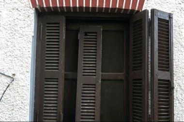 Los postigos de puertas y ventanas fueron forzados y rotos por los ocupantes para entrar a la casa
