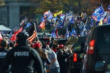La caravana presidencial al recorrer la marcha, en Washington