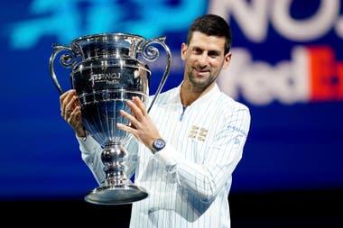 Antes de debutar este lunes en el Masters de Londres, Novak Djokovic recibió el trofeo por terminar el año como número 1 del mundo (por sexta vez en su carrera).