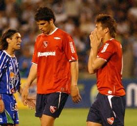 Gioda y Denis parecen no encontrarle explicaciones a la derrota de Independiente; a la izquierda, Buján