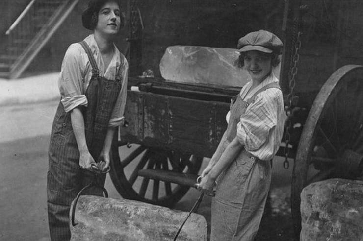 Chicas repartiendo hielo durante la Primera Guerra Mundial. Unos años más tarde, los refrigeradores reducirían considerablemente el negocio.
