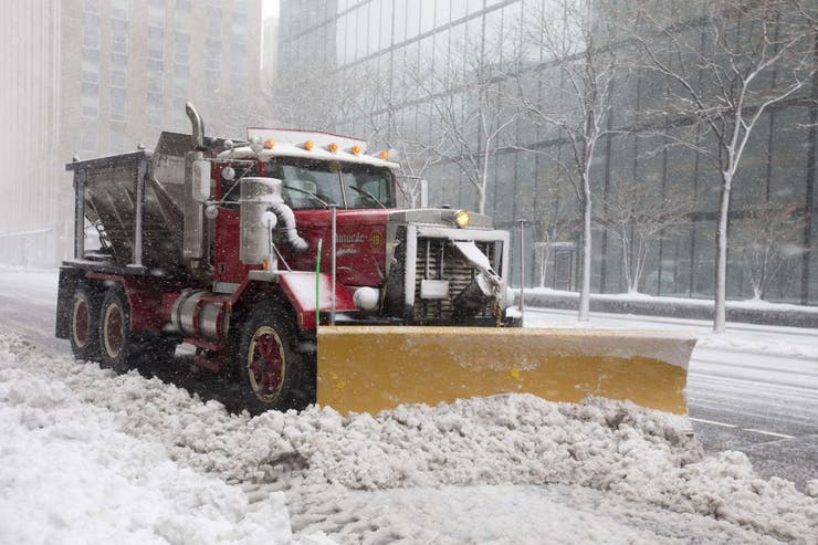 Las máquinas que quitan la nieve se pueden ver en varios puntos de la ciudad