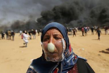 Jehad Abu Mehsen cubrió su nariz con una cebolla y armó una máscara con un envase plástico