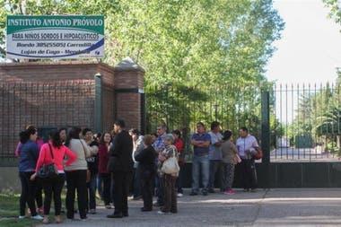 Los padres y maestros protestaron en repertidas oportunidades en la puerta del establecimiento