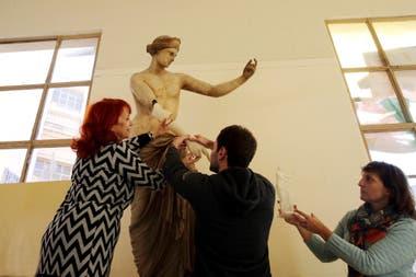 Un equipo interdisciplinario de la Facultad de Bellas Artes de la capital bonaerense aplica el revolucionario método en obras dañadas; la experiencia fue presentada y sorprendió en París