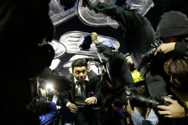 Una de las fotos más virales de aquella noche: Gallardo saliendo de la Bombonera en la noche del gas pimienta