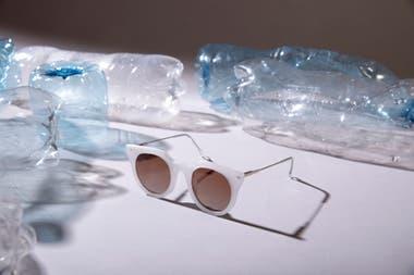 b772dad5f6 ... originales lentes de sol. Las gafas se realizan con plástico reciclado  del Río de la Plata que luego utilizan en
