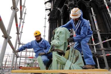 El 11 de abril los apóstoles fueron removidos para su restauración