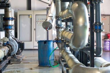 Parte del complejo sistema de tuberas que filtra el lquido de la basura y lo transforma en agua cristalina