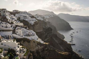 Una vista de Oia, un pueblo costero en Santorini