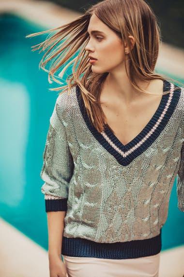 METALIZADO. Suéter de hilo plateado (Rapsodia), vestido lencero de seda (Giesso)