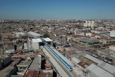 El viaducto Belgrano Sur que pasa por arriba de la Avenida Senz y llega a la nueva estacin que estar lista el 15 de octubre