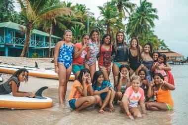 """Martina Alvarez junto a algunas de las mujeres isleñas que integran el proyecto """"Women of the Ocean"""", enfocado en el empoderamiento femenino"""