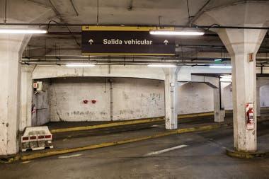 Uno de los estacionamientos que hay debajo de la avenida.