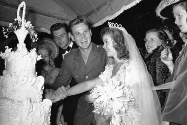 Tras cumplir los 17, Temple se casó con el sargento de aviación John Agar